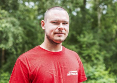 Grajewski Marcin - student leśnictwa Politechniki Białostockiej. Zakochany w survivalu, spec od militariów i mechaniki pojazdowej. Interesuje się turystyką górską. Uwielbia pracować z dziećmi i wspierać ich rozwój.