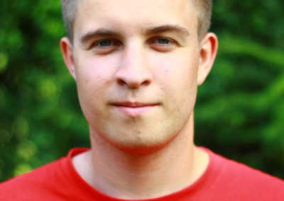 Mazur Adrian – student zarządzania PSW w Białej Podlaskiej. Interesuje się piłką nożną i muzyką, ale relaksuje się przede wszystkim w kuchni. Dzieci go uwielbiają i wyjątkowo aktywnie uczestniczą w prowadzonych przez niego zajęciach.