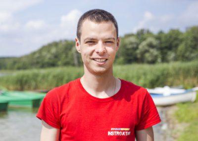 Obrośliński Sebastian - student wychowania fizycznego AWF w Warszawie. Wolny czas poświęca piłce nożnej, wędkarstwu i jeździe na rolkach. Interesują go sporty motoryzacyjne i parki linowe.