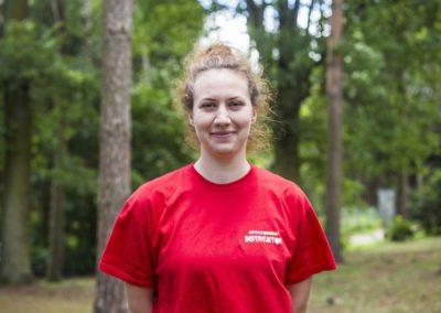Drozdek Anna – absolwentka AWF we Wrocławiu. Uwielbia sporty wodne, podróże, film i taniec. Praca z dziećmi jest dla niej przede wszystkim ogromną pasją.