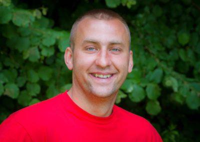 Lasocki Damian - absolwent wychowania fizycznego Wszechnicy Świętokrzyskiej w Kielcach. Miłośnik sportu, turystyki i aktywnego wypoczynku. Praca z dziećmi to dla niego wyzwanie i niekończące się źródło radości i satysfakcji.