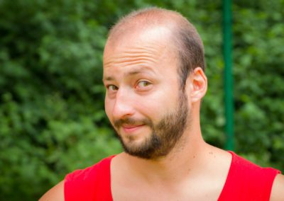 Marczak Mateusz – absolwent zarządzania biznesem PWSZ w Kaliszu. Uwielbia sporty zespołowe, a jego pasje to piłka nożna i podróże. Oddany dzieciom, wspaniały instruktor.