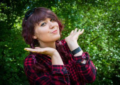 Pękalska Emilia – z zawodu technik obsługi turystycznej, z zamiłowania animator czasu wolnego. W wolnych chwilach podróżuje i udziela się wolontarystycznie. Uwielbia szkicować.