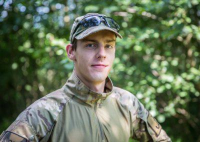 Przerwa Robert – absolwent bezpieczeństwa wewnętrznego WSA w Łomży. Aktywnie działa w Stowarzyszeniu Militarnym, którego jest założycielem. Jego pasja to ASG i podróże. Niezawodny i zaufany instruktor.