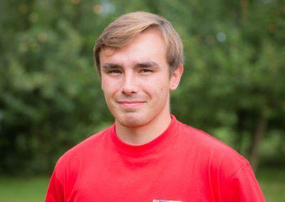 Sołtysiak Mikołaj – student AWF we Wrocławiu. Instruktor piłki nożnej. Jego zainteresowania to sporty drużynowe, kuchnia, biografie, kino akcji i podróże.