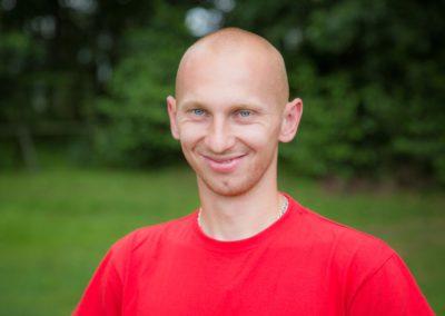 Rutkowski Sylwester - absolwent bezpieczeństwa wewnętrznego WSA w Łomży. Strażak, ratownik, instruktor ZHP. W wolnych chwilach poszukuje skarbów.