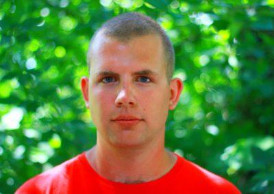 Goluch Jakub – student bezpieczeństwa wewnętrznego na UKSW w Warszawie. Cierpliwy i dokładny. Interesują go militaria, survival, sporty walki, wspinaczka, podróże i historia.