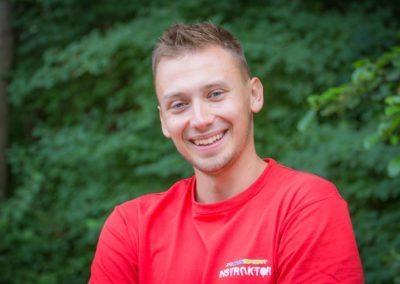 Usarek Marcin – student UM w Gdańsku. Ratownik wodny, fan Marvela i piłki nożnej, członek sekcji ASG. Jest rewelacyjnym wodzirejem i tancerzem, z nim każda obozowa dyskoteka to prawdziwy HIT!